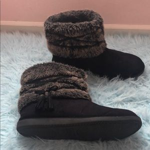 Black winter boots with tassel